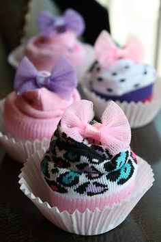 Baby sock cupcakes (1 cupcake = 3 babysocks; 1 pair, 1 different. 3-6 months size) Baby shower gift
