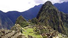 """A Trilha Inca é de longe a mais famosa trilha na América do Sul. A trilha tem 43 km e combina belas paisagens montanhosas, lindas nuvens, exuberantes florestas, selvas subtropicais e uma mistura impressionante de pedras de pavimentação, ruínas e túneis. Para além disto tudo, o destino final da trilha é Machu Picchu, a misteriosa """"Cidade Perdida dos Incas"""".  Fotografia: www.gwenbooks.com"""