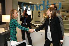 Su Majestad la Reina saluda a una de las investigadoras de Fundéu BBVA durante su recorrido por las oficinas