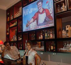 Dobro pozhalovat (bienvenido en ruso) no son las palabas que uno espera escuchar en el malecón habanero, pero así reciben, desde su apertura hace unos meses, en el Nazdarovie - Soviet Restaurant and Bar in Havana, Cuba. (Na zdarovie es la palabra que se usa en Rusia cuando se brinda). #lahabana #cuba