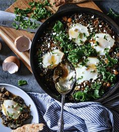 Here's a fun twist on shakshuka 👉 @uncomplicatedchef replaces the tomatoes with spicy lentils, chickpeas and kale and eggs.🤗 🥚