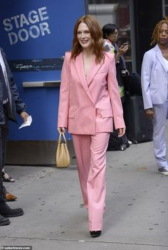 Julianne Moore dons gorgeous pink power suit for GMA in New York Backless Loafers, Ladies Lunch, Pink Power, Glamorous Dresses, Julianne Moore, Summer Chic, Bubblegum Pink, Red Carpet Dresses, Outfits