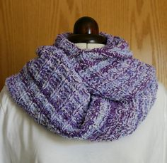 A very quick and easy to knit loop, no sewing (except weaving in the yarn ends), for very flexible use. Crochet Crafts, Knit Crochet, Hours In A Day, Knitting Scarves, Favorite Pastime, Cowls, Beautiful Birds, Knits, Crocheting