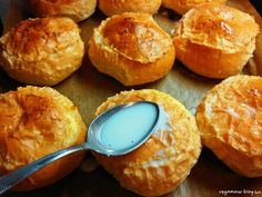 Egy rég elfeledett kedvenc a töltött zsemle. Szendvics formájában épp eleget ettük gyerekkorunkban, most már ideje fejlődni a gasztronómiával. A zsemléből nem csak tökéletes tízórai készülhet, hanem ízletes desszert is. Hozzávalók 6 személyre:6 zsemle50 dkg túró2 csomag… Muffin, Breakfast, Food, Morning Coffee, Essen, Muffins, Meals, Cupcakes, Yemek
