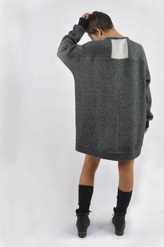 Ein lose geschnittener Ovrsize-Pullover ist super gemütlich und gerade stark im Trend. Kombinieren kannst du ihn zu Legging, Röhrenjeans und Biker-Hose. Er ist aber auch lang genug, dass du ihn als Kleid tragen kannst. Für mich darf dieser Pullover sowohl im Winter als auch im Sommer an kühlen Abenden nicht fehlen. Das Schnittmuster ist simpel, der Pullover schnell genäht. Capsule Wardrobe, Winter Typ, Trends, Biker, Pullover, Stark, Knitting, Sweaters, Dresses