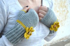 Grey #crochet #gloves with #flowers