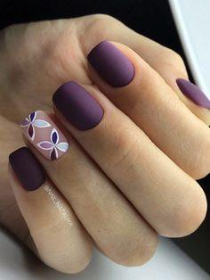 Темно-сливовый маникюр с дизайном на безымянном пальце.