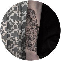 "6 Likes, 1 Comments - Amy Dowell (@iamthepaintedlady) on Instagram: ""Pretty fleurs! Thank you Hannah! #blackwork #blackworkers #floraltattoo #botanicaltattoo…"""