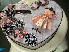 Caixa de MDF da Fisarte. Papel de Scrap Litoarte coleção Lili Negrão ,flores devorarias Carol Arte.