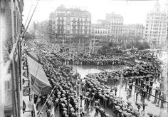 1934. Manifestació antifeixista, sota paraigües,organitzada per ERC a Plaça Catalunya de Barcelona.Foto:Segarra. ANC Paris Skyline, Barcelona, Travel, Retro, Fotografia, Viajes, Barcelona Spain, Destinations, Traveling