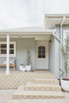 Cottage Exterior Colors, House Exterior Color Schemes, Exterior Paint Colors For House, Dulux Exterior Paint Colours, Beach Cottage Exterior, House Cladding, Facade House, Weatherboard House, Queenslander