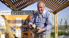 """Miguel Ángel Farías adaptó la trituradora y guía a los niños en la fabricación de estas briquetas de leña ecológica con """"desechos"""" útiles para la formación de biomasa."""