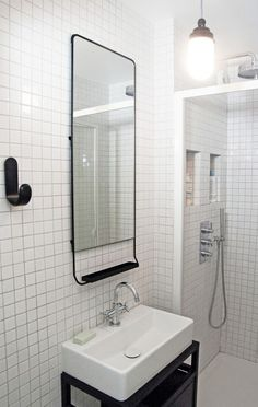Décoratrices d'intérieur Paris - Chez Nordine . Décoration aux accents rétros, des couleurs intemporelles, le blanc et le noir ont été choisies. Et un meuble lavabo a été dessiné sur mesure pour la salle d'eau.