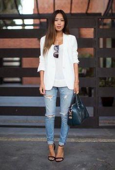 Conjunto americana blanca, camiseta blanca, pantalones tejanos azules, sandalias negras, gafas negras y bolso negro