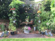 Selbst gemachter Pavillion mit kleinen Fairygarden und bepflanzter alter Zinkwanne