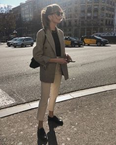 Lizzy Hadfield wearing a grey blazer, a black t-shirt, white ankle pants, black oxford flats, clubmaster sunglasses and a black shoulder bag. Spring Work Outfits, Casual Work Outfits, Business Casual Outfits, Mode Outfits, Work Casual, Fall Outfits, Casual Boots, Casual Dresses, Men Casual
