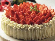 Mansikkakakku on perinteinen juhannusjuhlan herkku! Sweet Bread, Cake Recipes, Cheesecake, Strawberry, Favorite Recipes, Desserts, Food, Finland, Breads