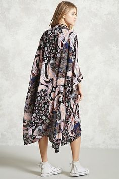 A crinkled woven kimono featuring an allover paisley print, an open front, 3/4 dolman sleeves, and slit sides.