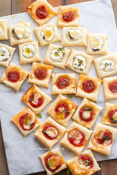Square bites of puff pastry pizzas catering idea Antipasto, Puff Pastry Pizza, Snacks Für Party, Italian Recipes, Food Porn, Brunch, Food And Drink, Appetizers, Yummy Food