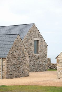 House in Blacksod Bay by Tierney Haines Architects, Three sandstone wings protect an inner courtyard from fierce coastal winds at this seaside house in Ireland by Tierney Haines Architects. Transitional Living Rooms, Transitional Decor, Transitional Kitchen, Houses In Ireland, Casa Patio, Modern Barn, Modern Farmhouse, Architect House, Stone Houses