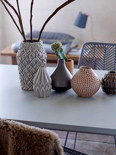 Deze vaas is gemaakt van keramiek en heeft een grijze kleur. De vaas heeft een doorsnede van 16,5 cm en is 26 cm hoog.