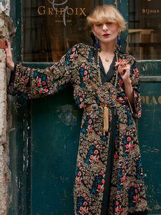 Hela stylen är kanske lite för mycket men mönstret på klänningen funkar. Lite modern-asiatisk känsla.  Catherine Baba for Gripoix.