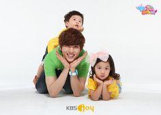 Sandeul Appa and his adorable children ♥ Korean Variety Shows, Baby Tumblr, Pin Pics, Hyun Woo, Kpop Groups, Jinyoung, Chanyeol, Baby Kids, Community