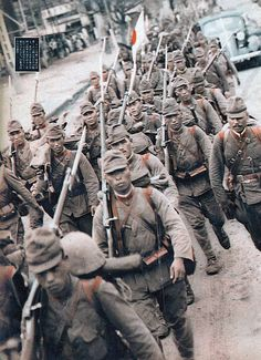 Japanese soldiers march into Manchuria, Pin by Paolo Marzioli Military Art, Military History, Military Guys, Us Marines, Les Aliens, Warring States Period, Imperial Army, Japanese History, Ww2 Photos