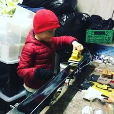 Teach them young then they can do your skis for you! #montagne #patagonia  #lesetagnes #gabysport #skiservice #learning #ski #fast #skiracing #letthemlearn #4vallées #nendaz #inlovewithswitzerland #valais #skiclub