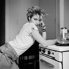 Here's a collection of rare and beautiful photos of a young Madonna. We all know Madonna as a famous singer and actress. Lower East Side, Martin Scorsese, Madonna Young, Lady Madonna, Photos Rares, Nyc, Richard Avedon, Famous Singers, Famous Photographers