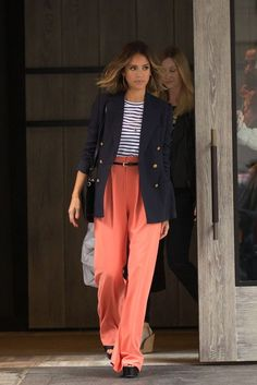 Have to Have It: Jessica Alba's Coral Wide-Leg Trousers - Celebrity Street Style Style Blazer, Look Blazer, Jessica Alba Style, Jessica Alba Outfit, Moda Coral, Chrissy Teigen Style, Coral Fashion, Pantalon Large, Street Style Looks