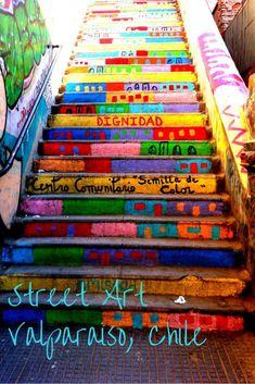 1001 couleurs ornent les murs, les escaliers et le sol dans l'art de rue à Valparaiso