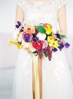 Kolorowy bukiet ślubny z jaskrów i bzu. Colourful wedding bouquet. Lilac, ranunculus. www.flowerstories.pl Photo: oswald-malachowski.pl