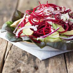 Salat aus Rote-Bete-Spaghetti, Avocado und Ziegenkäse