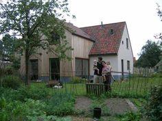 combinatie crepie en hout Architect Johan Vanhauwere realiseerde een energiezuinige verbouwing te Hansbeke. Modern Barn, Modern Farmhouse, Arch House, Rural House, Belgian Style, Country Farm, Big Houses, Cozy House, Modern Architecture