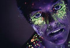 Tem 25 anos, é publicitário de formação e fotógrafo de coração: Hid Saib é o artista que trazemos hoje, depois de nos deixarmos encantar pela série Neon. Nela, Saib explora o efeito de sombras fluorescentes em luz negra e cria imagens de enorme expressividade. Pra produzir o ensaio, Saib utilizou maquiagem facial neon e convidou modelos voluntárias, que o ajudaram em todo o processo, fotografando em um quarto escuro, iluminado por uma luz negra. Boca e olhos foram o principal foco do artista…