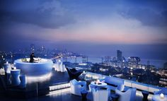 The best place to enjoy Mumbai from above is in the Era Bar, on the roof of Four Seasons Hotel. Between 5:30 pm and 8:30 pm, the drinks has a discount of 50%. After this time, a DJ plays some musics. The city lights complete the show and give the sensation of being in the top of the world. #LocalNightlife #Mumbai #BarAer