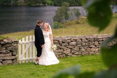 Lykkelig brudepar på Øvre-Eide Gård i Bergen. Bergen, Eid, Wedding Dresses, Fashion, Bride Gowns, Wedding Gowns, Moda, La Mode, Weding Dresses