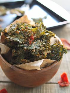 These pizza kale chips are tossed with a mixture of parmesan, sun dried tomatoes and spices to taste just like pizza. Healthy snacking never tasted so good! Kale Chip Recipes, Raw Food Recipes, Snack Recipes, Healthy Recipes, Skinny Recipes, Pizza Recipes, Vegetable Recipes, Delicious Recipes, Dinner Recipes