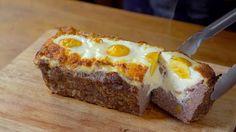 Receita com instruções em vídeo: Esse bolo de carne recheado é o motivo perfeito para convidar os amigos em casa. Ingredientes: 600g de carne bovina moída, 1 cebola pequena picada, 1 colher de chá de alho em pó, Sal a gosto, Pimenta do reino a gosto, 1 ovo + 3 ovos para recheio, 1 xícara de farelo de pão, 150g de bacon em fatias, 1 xícara de requeijão, 100g de queijo muçarela em fatias
