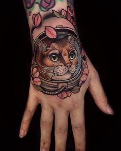 Neo traditional cat astronaut tattoo on the hand by chris green Sick Tattoo, 1 Tattoo, Tattoo Life, Tattoo Flash, Bow Finger Tattoos, Star Tattoos, Body Art Tattoos, Astronaut Tattoo, Cat Astronaut