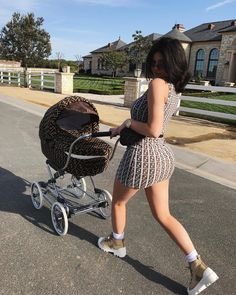 Kylie Jenner Takes Baby Stormi Out for a Fashionable Stroll. New mom, Kylie Jenner took her daughter, Stormi out for a stroll in matching Fendi gear. Kendall Jenner Outfits, Kendall E Kylie Jenner, Trajes Kylie Jenner, Looks Kylie Jenner, Estilo Kylie Jenner, Kylie Jenner Style, Kylie Minogue, Kyle Jenner, Kylie Travis