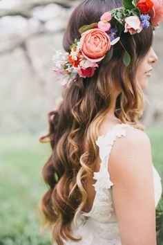 Easy DIY Flower Crown - Beautiful Inspiration and The Best Tutorials - Victoria Millesime - - Flower crowns are a super popular choice among brides today. Here I show you some incredible inspiration and some of the best DIY Flower Crown tutorials. Diy Flower Crown, Flower Crown Hairstyle, Flower Crown Wedding, Wedding Hair Flowers, Wedding Hair And Makeup, Bridal Flowers, Flowers In Hair, Hair Makeup, Bridal Flower Crowns