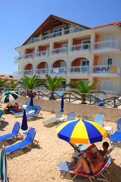 Bij hotel Tsilivi Beach maken echte strandliefhebbers een sprongetje bij het zien van dit schitterende stukje Zakynthos. Gelegen tussen de hoge rotsen loopt dit heerlijke, goudgele zandstrand langzaam af in de helderblauwe zee. Het strand van Tsilivi is gelegen aan het heldere zeewater en is voorzien van de blauwe vlag; gegarandeerd schoon en veilig zwemmen dus!