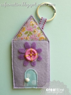 cute little house key chain Beads Jewelry, Fabric Jewelry, House Quilts, Fabric Houses, Foam Crafts, Diy Crafts, House Keyring, Sewing Crafts, Sewing Projects