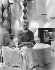 The Romanian sculptor Constantin Brancusi, was a central figure of the modern movement and a pioneer of abstraction. His sculpture is noted for its visual elegance and sensitive use of materials. In the he worked on an ambitious project, the installa Brancusi Sculpture, Bird Sculpture, Moma Art, Constantin Brancusi, Arte Tribal, Marcel Duchamp, Black White, Action Painting, Magazine Art