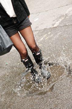 Seit gestern ist endlich die Sonne wieder da und es scheint so, als wäre der Sommer zurück. Doch die Tage davor war es wirklich grau in Wien. Ununterbrochen fing es an zu regnen. Die beste Gelegenheit um meine geliebten Hunterboots anzuziehen. Dazu trug ich, wie so oft in letzter Zeit eine Short und eine Bluse. … Hunter Wellies, Wellies Rain Boots, Hunter Boots, Rubber Shoes Outfit Casual, Rubber Shoes For Women, Hunter Outfit, Rainy Day Fashion, Nylons And Pantyhose, Zara