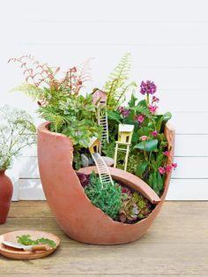 Ja, auch ein zerbrochener Kübel gehört noch lange nicht in die Mülltonne! Aus ihm lässt sich nämlich eine wunderschöne Mini-Landschaft gestalten.