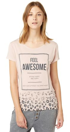 Kurzarm T-Shirt mit Print für Frauen (unifarben mit Print, kurzärmlig mit Rundhals-Ausschnitt) aus Single Jersey, mit Statement-Print und Leo-Muster am Saum, dezente Logo-Stickerei vorne. Material: 100 % Viskose...