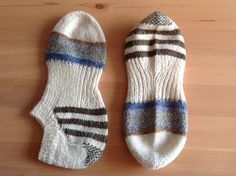 Toe up socks with a classic round knitted toe. Heels are made with with short rows, strip knitting and a little heel cup for a close heel fit. Long leg increase instructions are included.